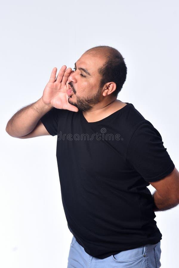 Η λατινοαμερικάνικη τοποθέτηση ατόμων παραδίδει το στόμα και κραυγάζει στο άσπρο υπόβαθρο στοκ φωτογραφίες με δικαίωμα ελεύθερης χρήσης