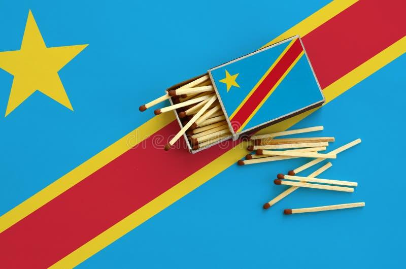 Η λαϊκή Δημοκρατία της σημαίας του Κονγκό παρουσιάζεται σε ένα ανοικτό σπιρτόκουτο, από το οποίο διάφορες αντιστοιχίες αφορούν κα στοκ φωτογραφία