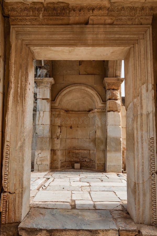 Η λεπτομέρεια πυλών από την κοντινή βιβλιοθήκη του Κέλσου, Ephesus, Τουρκία στοκ φωτογραφίες