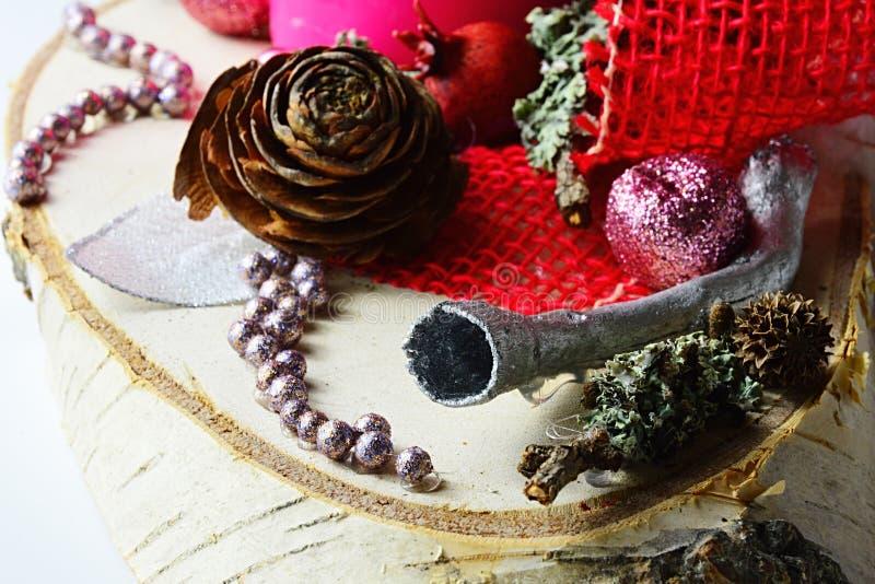 Η λεπτομέρεια της διακόσμησης χειμερινών Χριστουγέννων με τη σάλπιγγα διαμόρφωσε το ασημένιο χρωματισμένο κομμάτι του ξύλινου, κό στοκ εικόνα