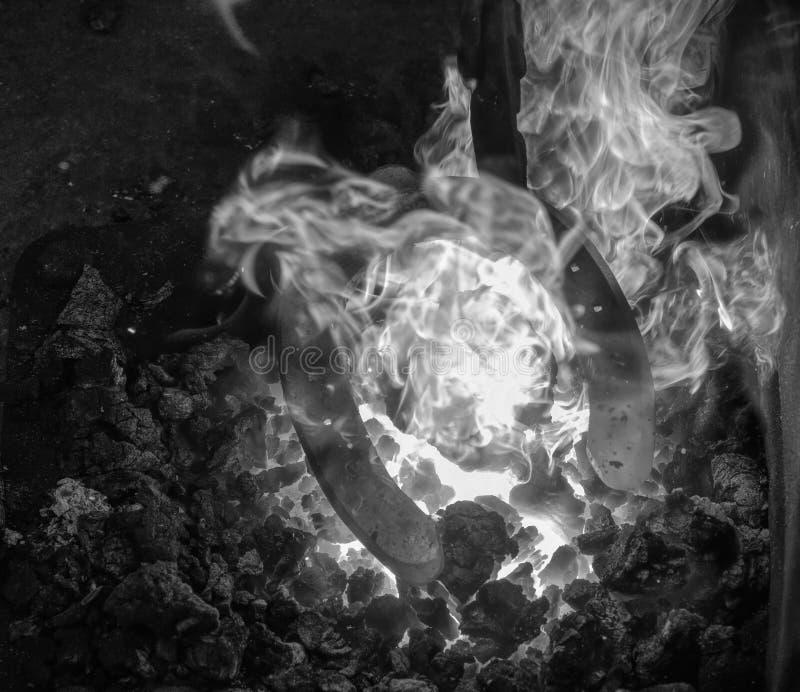 Η λεπτομέρεια του σιδηρουργού σφυρηλατεί με το πέταλο στοκ εικόνα