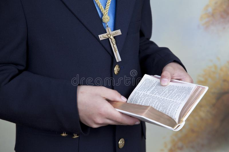 Η λεπτομέρεια των χεριών ενός αγοριού έντυσε σε ένα μπλε κοστούμι κοινωνίας στοκ φωτογραφία με δικαίωμα ελεύθερης χρήσης