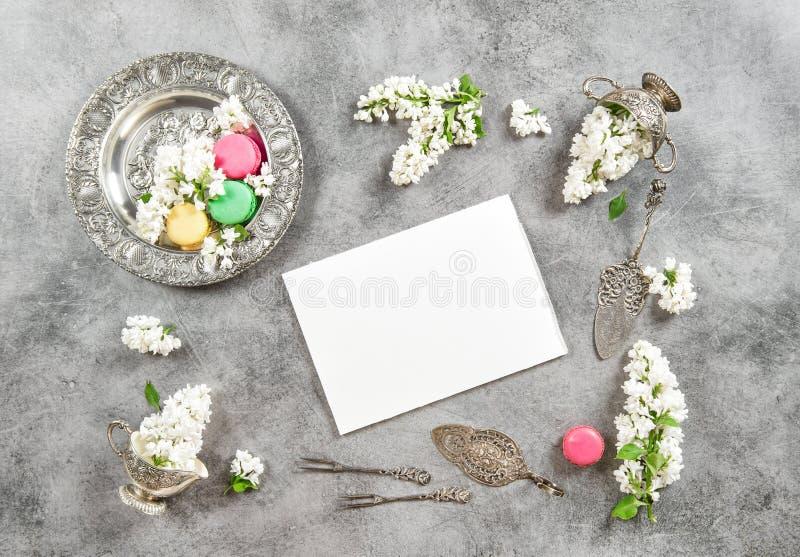 Η Λευκή Βίβλος Macarons cokies Το εκλεκτής ποιότητας επίπεδο βάζει τα ιώδη λουλούδια στοκ εικόνες με δικαίωμα ελεύθερης χρήσης