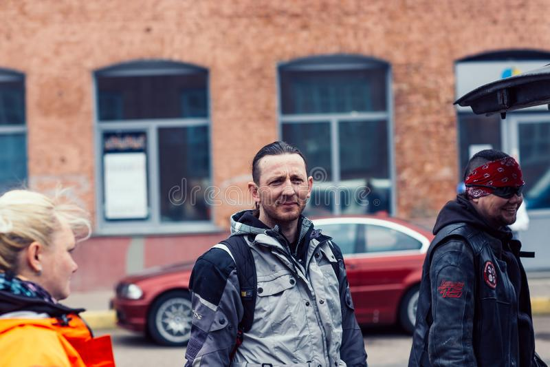 Η Λευκορωσία, Μινσκ, μπορεί 17, το 2015, οδός Oktyabrskaya, φεστιβάλ ποδηλατών μοντέρνοι ποδηλάτες ατόμων που στέκονται στην οδό  στοκ εικόνα με δικαίωμα ελεύθερης χρήσης