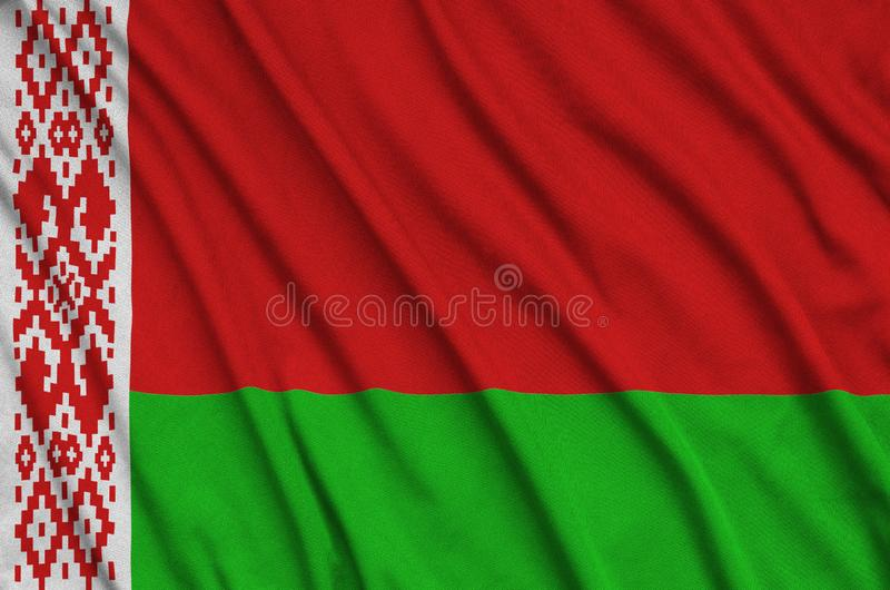 Η λευκορωσική σημαία απεικονίζεται σε ένα ύφασμα αθλητικών υφασμάτων με πολλές πτυχές Έμβλημα αθλητικών ομάδων στοκ εικόνες
