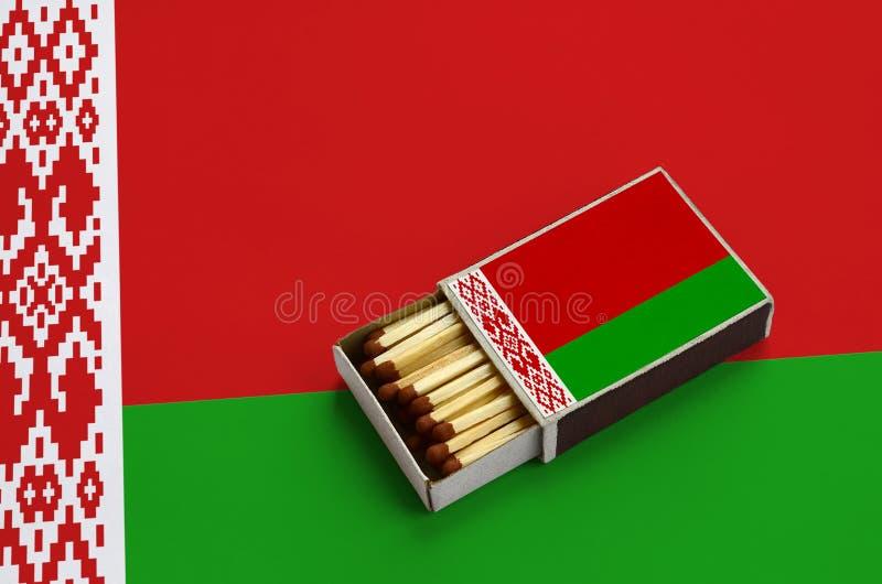 Η λευκορωσική σημαία παρουσιάζεται σε ένα ανοικτό σπιρτόκουτο, το οποίο γεμίζουν με τις αντιστοιχίες και βρίσκεται σε μια μεγάλη  στοκ εικόνες
