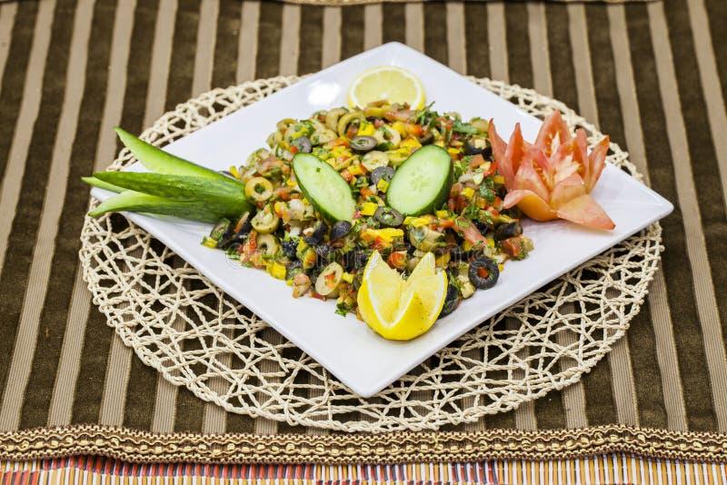 Η λιβανέζικη σαλάτα περιέχει τις ελιές, το λεμόνι, το αγγούρι και το καλαμπόκι στοκ εικόνες με δικαίωμα ελεύθερης χρήσης