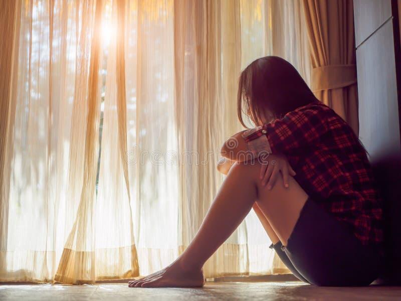 Η λυπημένη γυναίκα αγκαλιάζει το γόνατο και την κραυγή της στοκ εικόνα με δικαίωμα ελεύθερης χρήσης