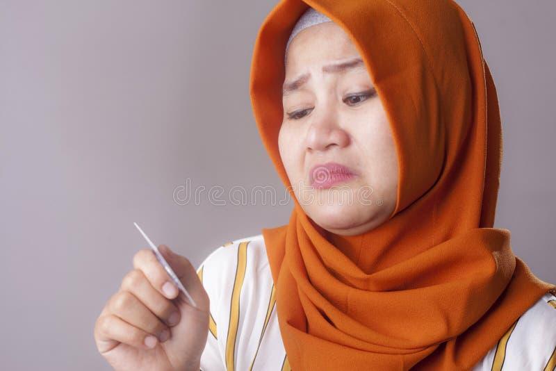 Η λυπημένη γυναίκα κρατά την πιστωτική κάρτα, έννοια πτώχευσης στοκ εικόνες με δικαίωμα ελεύθερης χρήσης