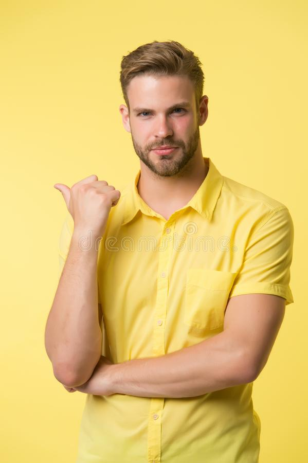 Η λύση είναι εδώ Όμορφος νεαρός άνδρας που κρατά το χέρι στο πηγούνι ενώ κίτρινο υπόβαθρο στάσεων εύκολη ερώτηση Ηθική ερώτηση στοκ φωτογραφία με δικαίωμα ελεύθερης χρήσης