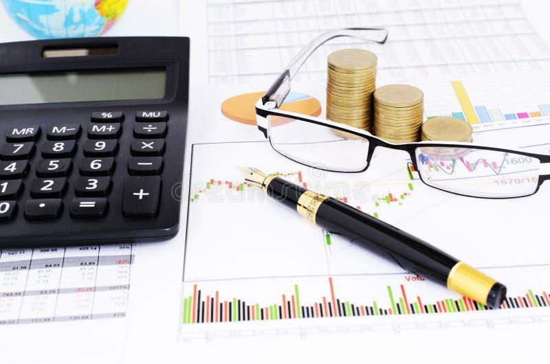Η μάνδρα πηγών και eyeglasses και ο σωρός και ο υπολογιστής νομισμάτων στο διάγραμμα αποθεμάτων υποβάλλουν έκθεση στοκ φωτογραφίες με δικαίωμα ελεύθερης χρήσης