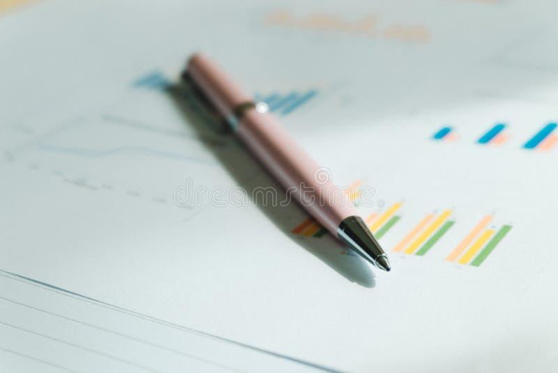 Η μάνδρα που τοποθετείται στοιχεία σε χαρτί πληροφοριών έχει το ιστόγραμμα και άλλα είναι στοκ εικόνες