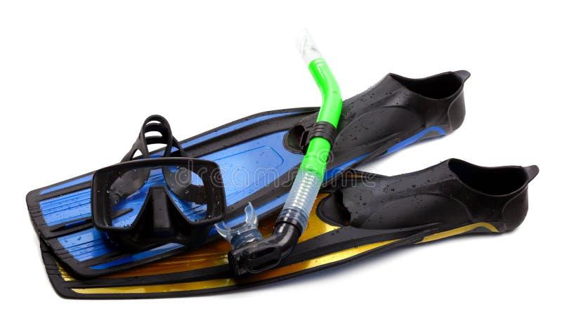 Η μάσκα, κολυμπά με αναπνευτήρα και βατραχοπέδιλα των διαφορετικών χρωμάτων με τις πτώσεις νερού στοκ εικόνα με δικαίωμα ελεύθερης χρήσης