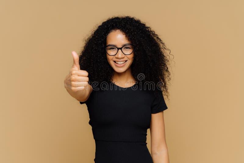 Η μέση επάνω στον πυροβολισμό της ικανοποιημένης ενθαρρυντικής γυναίκας παρουσιάζει οι αντίχειρα, ευθυμία καλύτερος φίλος, ενθαρρ στοκ εικόνα