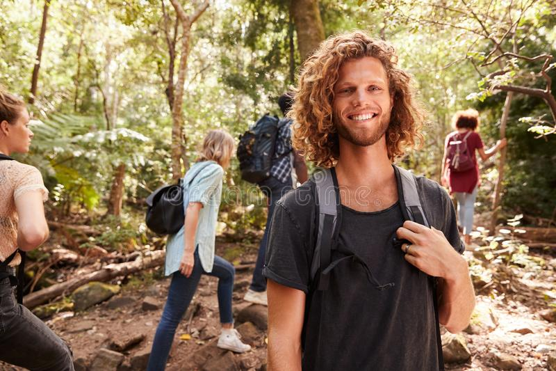 Η μέση επάνω στο πορτρέτο του χαμογελώντας χιλιετούς λευκού που σε ένα δάσος με τους φίλους, κλείνει επάνω στοκ φωτογραφίες με δικαίωμα ελεύθερης χρήσης