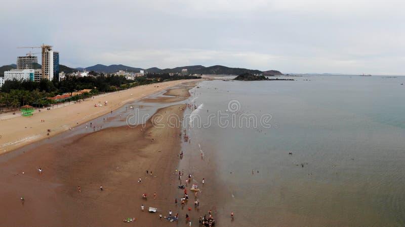 Η μακριά παραλία το καλοκαίρι έχει ήλιο και θυελλώδης στοκ εικόνα