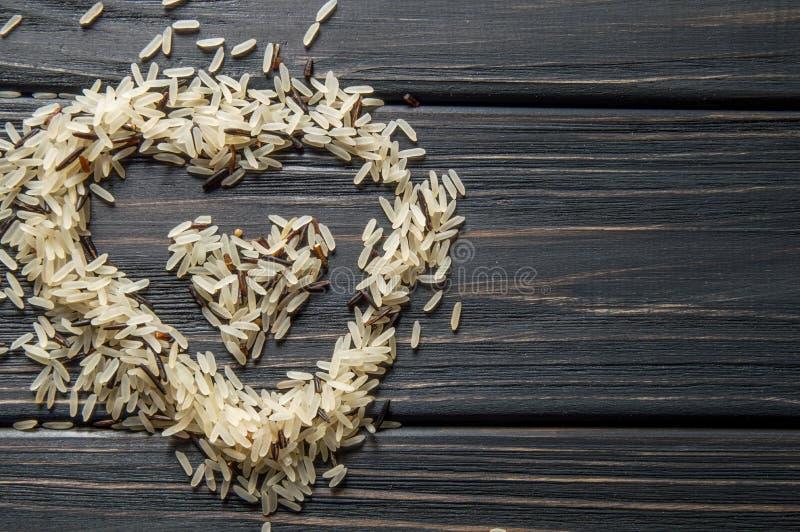 Η μακροεντολή, κλείνει επάνω Διαμορφωμένος καρδιά λόφος του άγριου ρυζιού σε ένα σκοτεινό ξύλινο υπόβαθρο ασιατική κουζίνα στοκ φωτογραφίες με δικαίωμα ελεύθερης χρήσης
