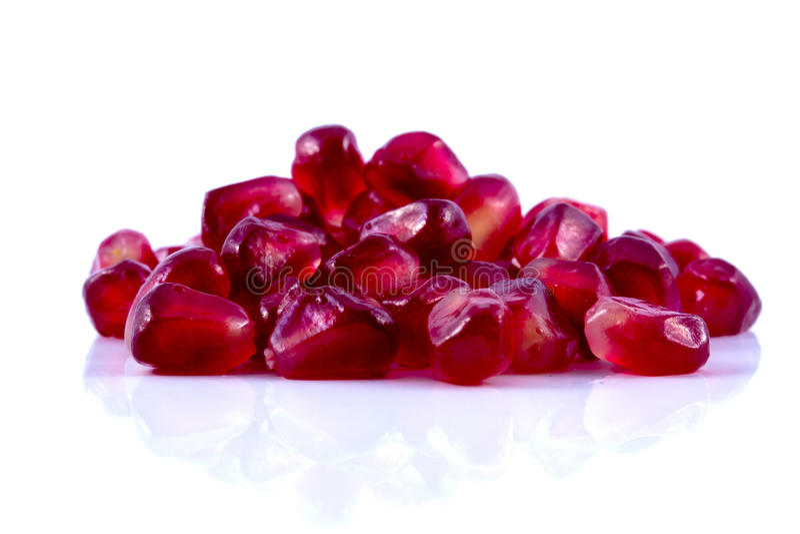 Η μακροεντολή ξεφλούδισε τα ώριμα φρούτα ροδιών με τα σταγονίδια νερού στοκ φωτογραφία με δικαίωμα ελεύθερης χρήσης