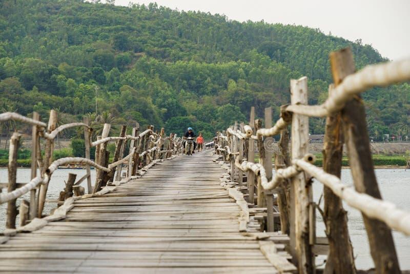 Η μακρύτερη ξύλινη γέφυρα στο Βιετνάμ στοκ φωτογραφίες