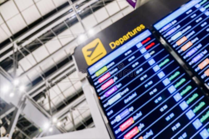 Η μαλακή εστίαση του πίνακα πληροφοριών αναχώρησης και άφιξης αερολιμένων υπογράφει, πρόγραμμα πληροφοριών πτήσεων αναχωρήσεων σε στοκ εικόνα