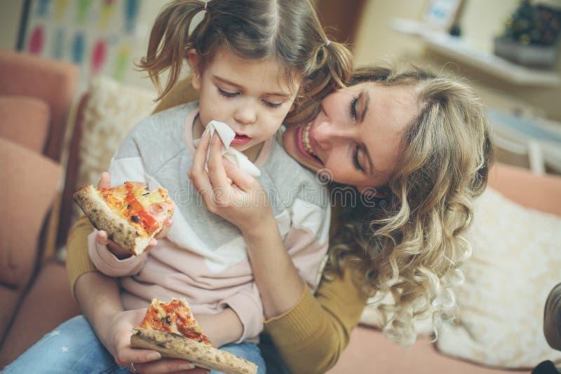 Η μαμά εσείς προετοιμάζει την καλύτερη πίτσα πάντα στοκ εικόνα με δικαίωμα ελεύθερης χρήσης