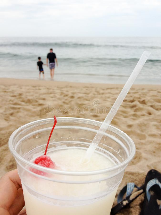 Η μαμά παίρνει ένα σπάσιμο στην παραλία στοκ εικόνα