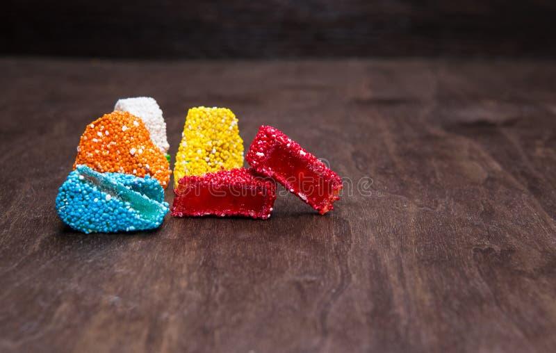 Η μαρμελάδα είναι ένα χρωματισμένο ζάχαρη ουράνιο τόξο Γλυκά σε ένα ξύλινο υπόβαθρο ανατολικά γλυκά στοκ φωτογραφία με δικαίωμα ελεύθερης χρήσης