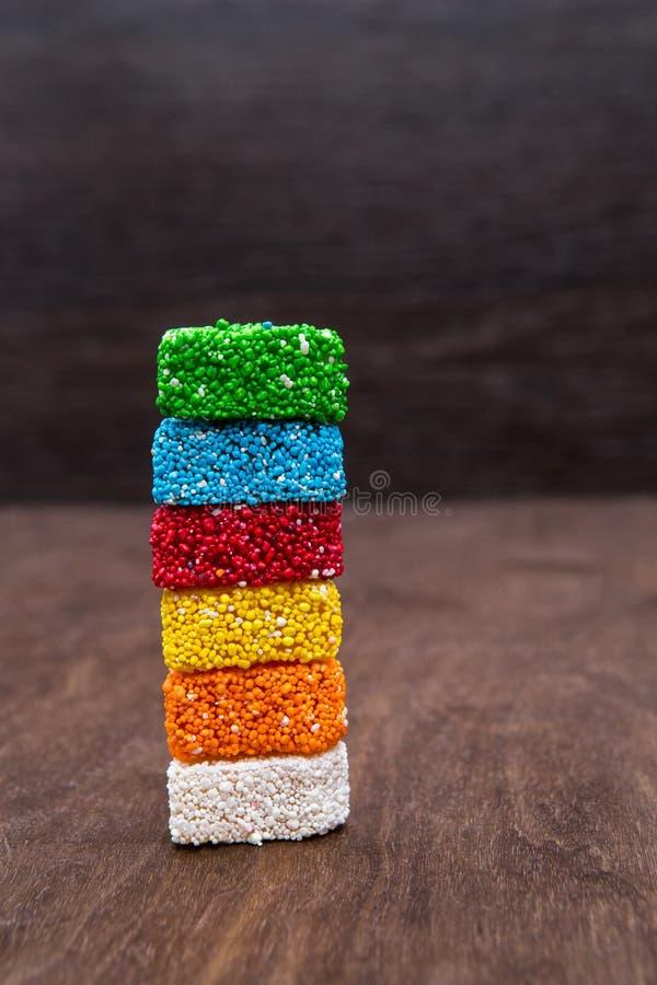 Η μαρμελάδα είναι ένα χρωματισμένο ζάχαρη ουράνιο τόξο Πύργος των γλυκών Γλυκά σε ένα ξύλινο υπόβαθρο ανατολικά γλυκά στοκ εικόνες