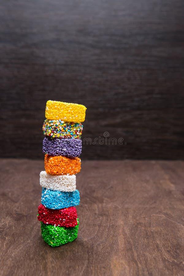 Η μαρμελάδα είναι ένα χρωματισμένο ζάχαρη ουράνιο τόξο Πύργος των γλυκών Γλυκά σε ένα ξύλινο υπόβαθρο ανατολικά γλυκά στοκ φωτογραφία με δικαίωμα ελεύθερης χρήσης