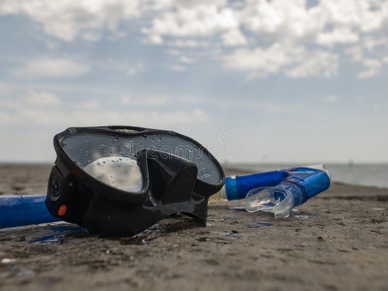 Η μαύρη μάσκα κατάδυσης και κολυμπά με αναπνευτήρα σε μια συγκεκριμένη αποβάθρα στα πλαίσια του μπλε ουρανού και των σύννεφων στοκ εικόνες