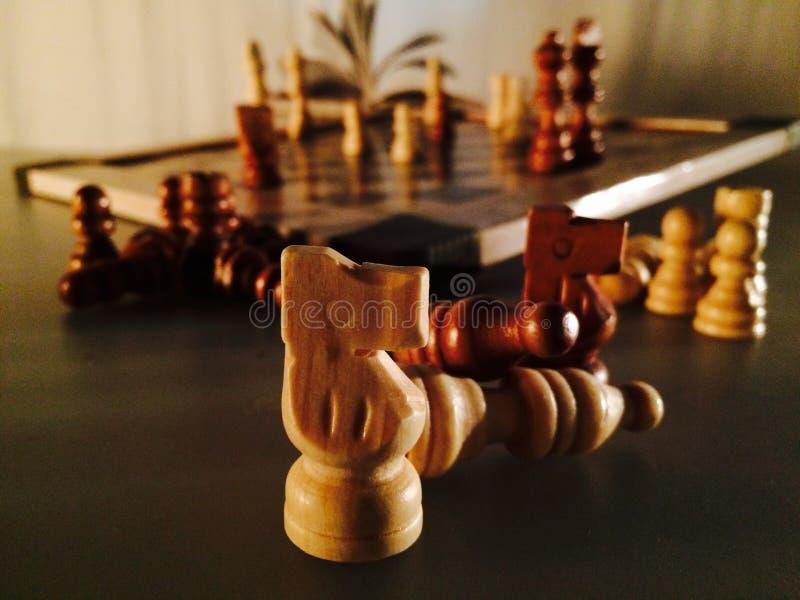 η μαύρη μεταφορά συντρόφων κυριώτερης απώλειας παιχνιδιών τελών σκακιού επιχειρησιακού ελέγχου χαρτονιών μονοχρωματική πέρα από τ στοκ φωτογραφία