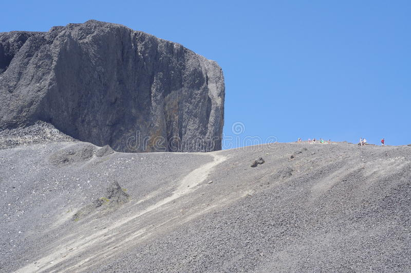Η μαύρη πυραμίδα χαυλιοδόντων των ηφαιστειακών βράχων στοκ φωτογραφίες