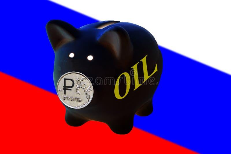 Η μαύρη τράπεζα Piggy με το ρωσικό ρούβλι νομισμάτων είναι η μύτη και το πετρέλαιο επιγραφής στοκ φωτογραφία με δικαίωμα ελεύθερης χρήσης