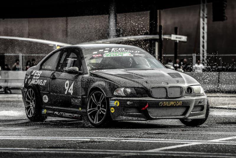 Η μαύρη BMW που παρασύρει στην υγρή άσφαλτο στοκ φωτογραφία με δικαίωμα ελεύθερης χρήσης