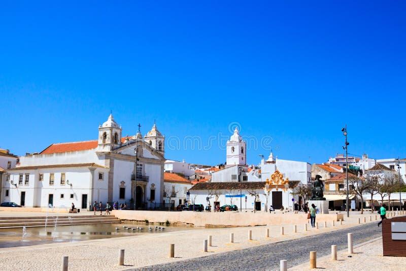 Η μεγάλη, άσπρη εκκλησία του Λάγκος στην Πορτογαλία στην ηλιοφάνεια στοκ εικόνες με δικαίωμα ελεύθερης χρήσης
