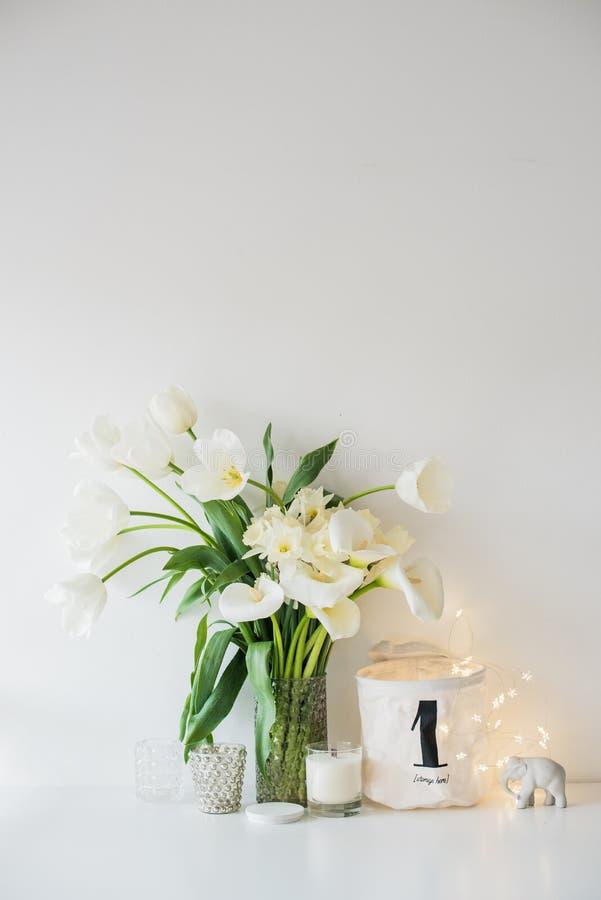 Η μεγάλη ανθοδέσμη του άσπρου ελατηρίου ανθίζει σε ένα βάζο, daffodils, tuli στοκ φωτογραφία με δικαίωμα ελεύθερης χρήσης
