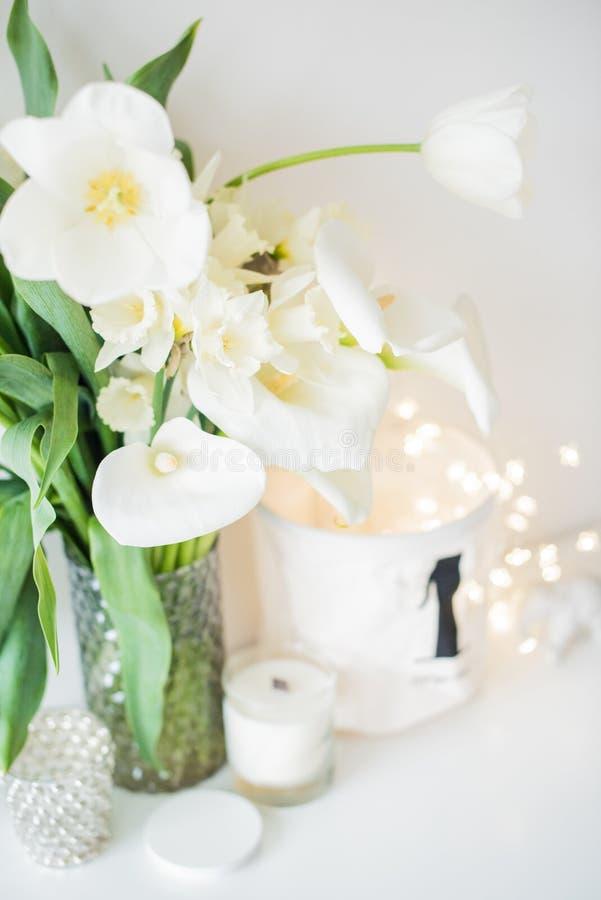 Η μεγάλη ανθοδέσμη του άσπρου ελατηρίου ανθίζει σε ένα βάζο, daffodils, tuli στοκ εικόνα με δικαίωμα ελεύθερης χρήσης
