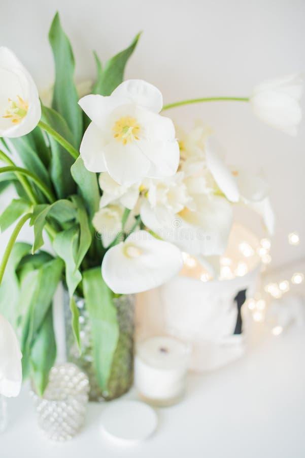 Η μεγάλη ανθοδέσμη του άσπρου ελατηρίου ανθίζει σε ένα βάζο, daffodils, tuli στοκ φωτογραφία
