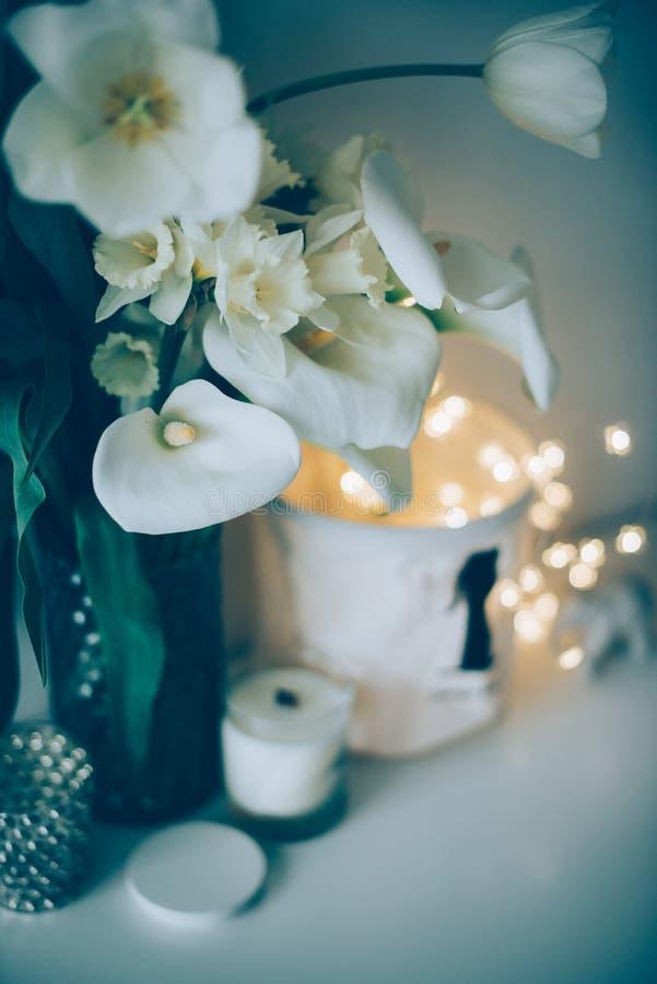 Η μεγάλη ανθοδέσμη του άσπρου ελατηρίου ανθίζει σε ένα βάζο, daffodils, tuli στοκ εικόνες με δικαίωμα ελεύθερης χρήσης