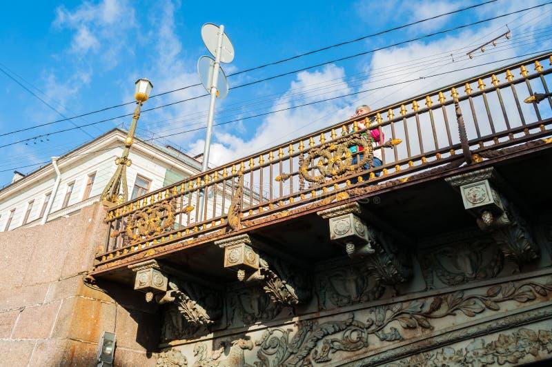 Η μεγάλη γέφυρα Konyushenny πέρα από τον ποταμό Moika στη Αγία Πετρούπολη, Ρωσία - σμιλεύστε τις λεπτομέρειες του φράκτη γεφυρών στοκ φωτογραφία με δικαίωμα ελεύθερης χρήσης