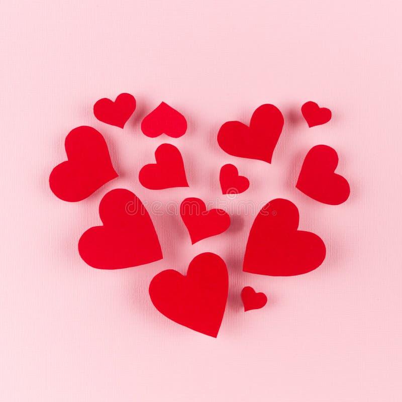 Η μεγάλη καρδιά πετά στα ύψη κόκκινες καρδιές στο μαλακό ρόδινο υπόβαθρο χρώματος Έννοια για την ημέρα βαλεντίνων στοκ φωτογραφία με δικαίωμα ελεύθερης χρήσης
