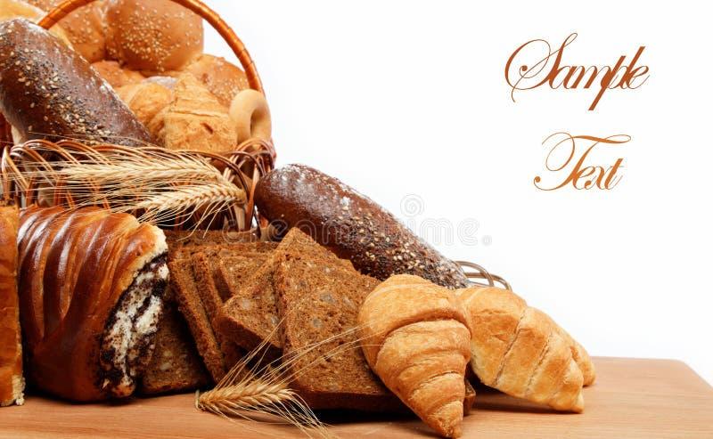 Η μεγάλη ποικιλία του ψωμιού, ακόμα ζωή απομονώνει. στοκ εικόνα