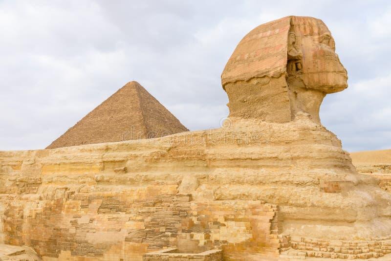 Η μεγάλη πυραμίδα Cheops και Sphinx στο οροπέδιο Giza Κάιρο Αίγυπτος στοκ φωτογραφίες