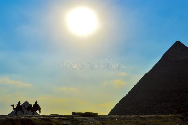 Η μεγάλη πυραμίδα Giza στην Αίγυπτο Κάιρο με Sphinx και την καμήλα στοκ εικόνα