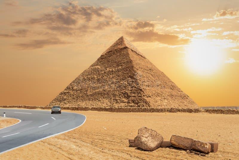 Η μεγάλη πυραμίδα Khafre και του δρόμου, Giza, Αίγυπτος στοκ φωτογραφία με δικαίωμα ελεύθερης χρήσης