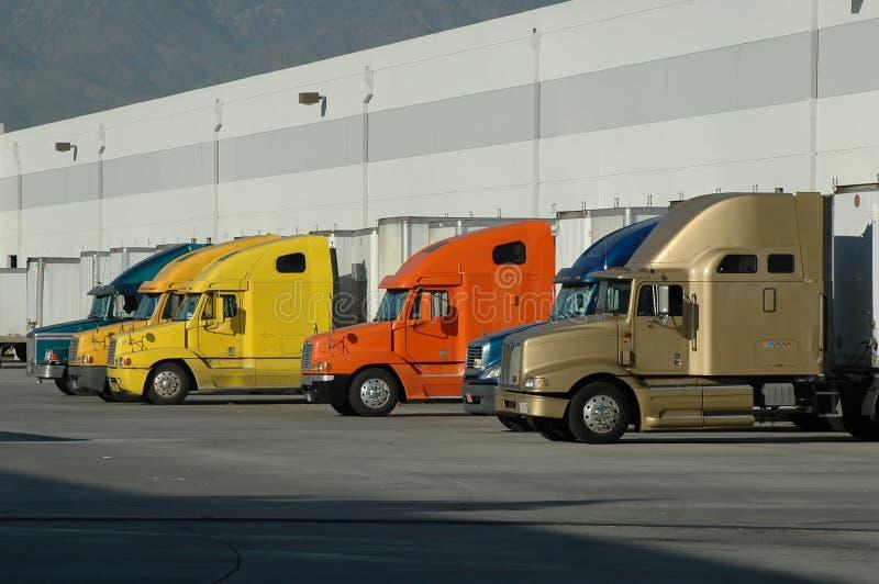η μεγάλη φόρτωση αποβαθρών εξοπλίζει την αποθήκη εμπορευμάτων στοκ εικόνα με δικαίωμα ελεύθερης χρήσης