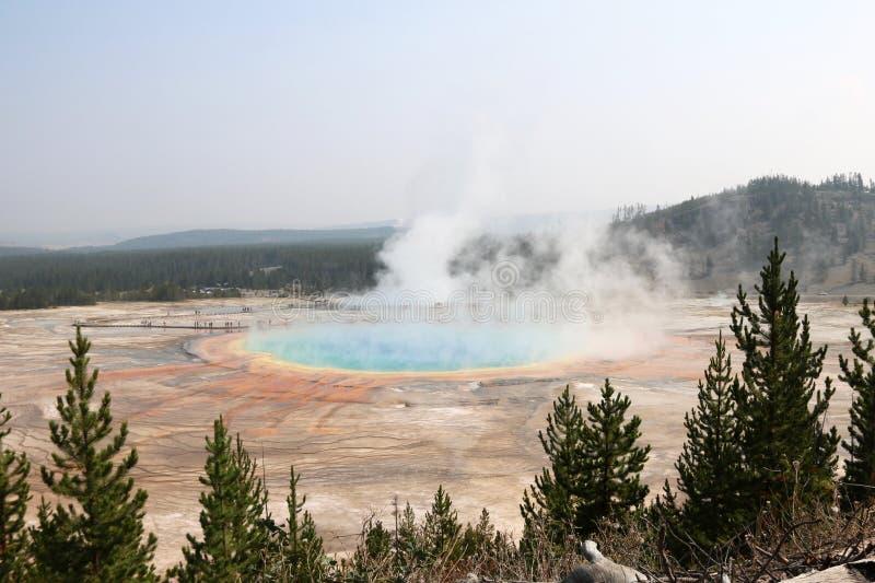 Η μεγάλη Prismatic άνοιξη στην ευρισκόμενη στη μέση του δρόμου λεκάνη Gesyer, εθνικό πάρκο Yellowstone στοκ φωτογραφία με δικαίωμα ελεύθερης χρήσης