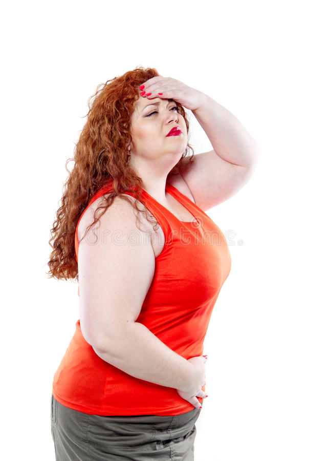 Η μεγάλη γυναίκα με το κόκκινο κραγιόν και το μεγάλο κοιλιακό πόνο, κακή διάθεση στοκ φωτογραφία με δικαίωμα ελεύθερης χρήσης