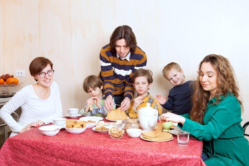Η μεγάλη οικογένεια στον εορταστικό πίνακα στοκ φωτογραφία με δικαίωμα ελεύθερης χρήσης