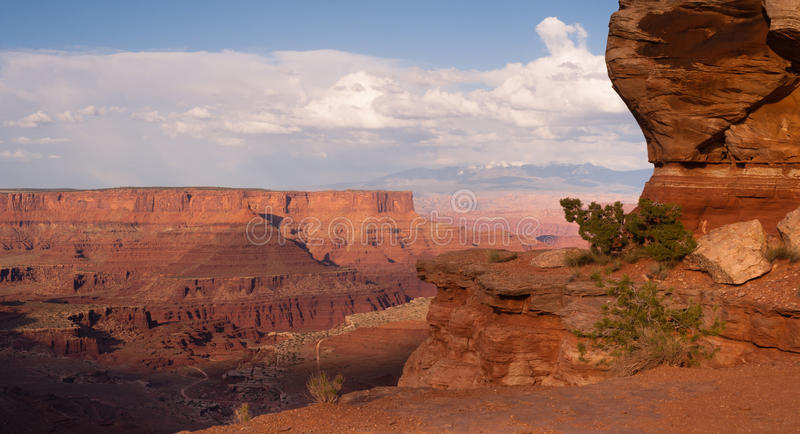 Η μεγαλοπρεπής Vista γεωλογία άποψης χαρακτηρίζει τους σχηματισμούς βράχου Canyonlands στοκ εικόνες με δικαίωμα ελεύθερης χρήσης